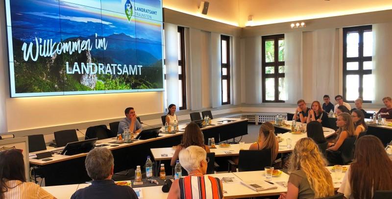 © Landratsamt Traunstein: Landrat Siegfried Walch im Gespräch mit den Schülerinnen und Schülern der 10. Klassen des Chiemgau-Gymnasiums.