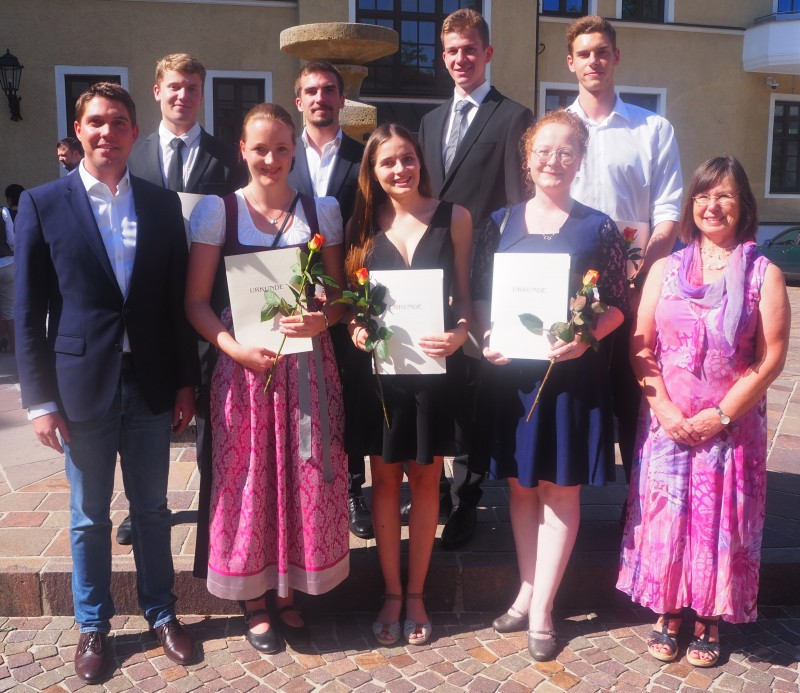 © Landratsamt Traunstein: Landrat Walch mit den Absolventinnen und Absolventen der FOS/BOS Traunstein.