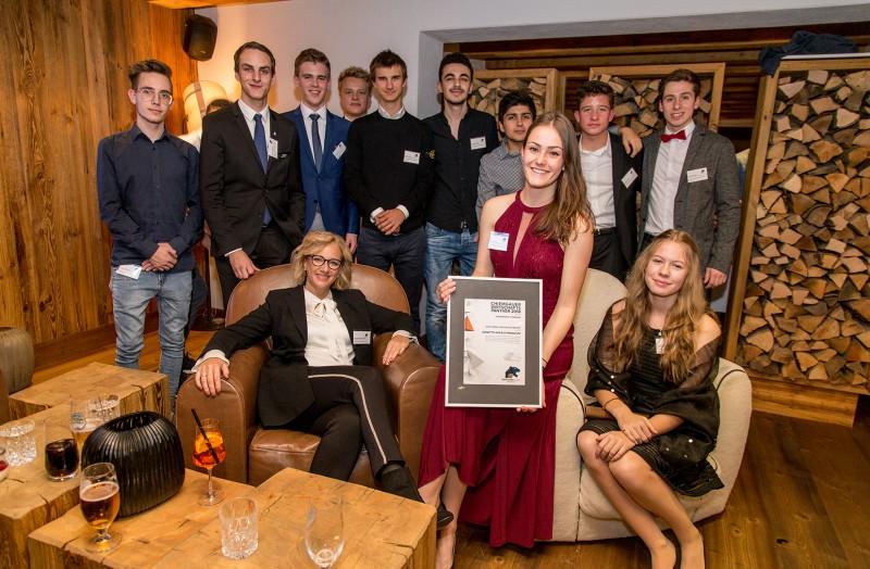 © Wirtschaftsförderung TS/Axel Effner: Das P-Seminar des Anette-Kolb-Gymnasiums filmte und porträtierte 27 Unternehmen im Landkreis Traunstein für die Jury des  Wirtschaftspreises Chiemgauer Panther und wurde dafür bei der Preisverleihung von Landrat Walch ausgezeichnet.
