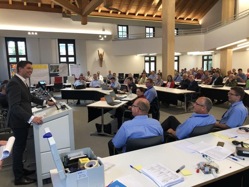 © Landratsamt Traunstein: Landrat Siegfried Walch begrüßte die Beteiligten der Katastrophenschutzübung im Großen Sitzungssaal des Landratsamtes.