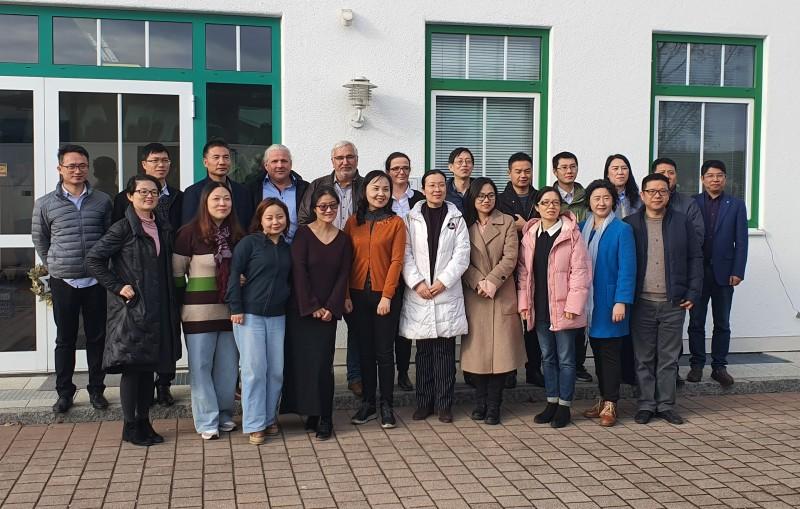 Die Besuchergruppe aus China mit dem Vertreter des Landratsamtes Traunstein, Michael Förtsch (5. v. links) sowie der Firma Nutracosmetic in Erlstätt, Geschäftsführer Marcus von Berg (4. v. links) und Viktoria Kretzschmar (6. v. links). ©Landratsamt Traunstein