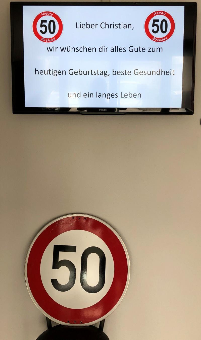 """Nachdem Christian Zaunick vom Landratsamt Traunstein auch an seinem 50. Geburtstag in der """"Verlegungsstelle Corona"""" tatkräftig im Einsatz ist, gratulierte der neue Kollegenkreis der ILS vorrangig auch digital. © Landratsamt Traunstein"""