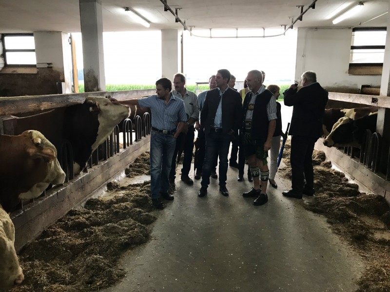 © Landratsamt Traunstein: Landrat Siegfried Walch wurde von Hubert Mayer (rechts neben Walch) und Hans Mayer (links neben Walch) durch den landwirtschaftlichen Betrieb der Familie geführt.