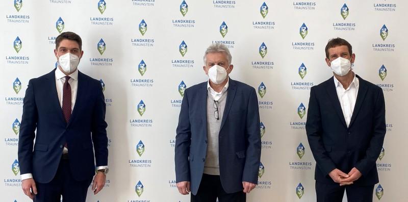 Johann Grünauer (Auditor DQS, Bild Mitte) gratuliert Landrat Siegfried Walch (links) und Informationssicherheitsbeauftragtem Claus Hofmann (rechts) zur bestandenen Zertifizierung (C) Landratsamt Traunstein