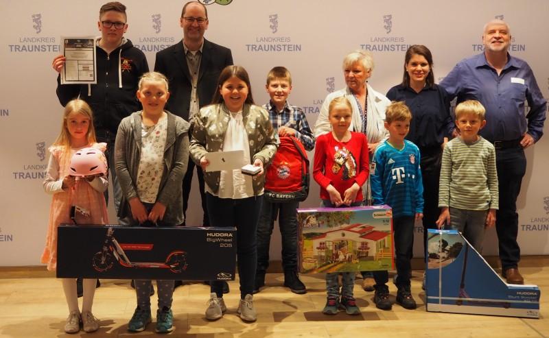 © Landratsamt Traunstein: Die Mitarbeiterinnen und Mitarbeiter gemeinsam mit den Gewinnern des Preisrätsels aus dem Vorjahr: insgesamt zehn Mädchen und Jungs aus dem Landkreis Traunstein erhielten ihre Präsente.