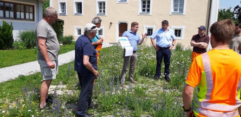 © Landratsamt Traunstein: Beim Start vor dem Rathaus: Kreisfachberater Markus Breier (Mitte), 2. Bürgermeister von Fridolfing Egon Kraus (rechts daneben) mit Teilnehmern. Auch Alois Glück (2.v.l.) informierte sich.