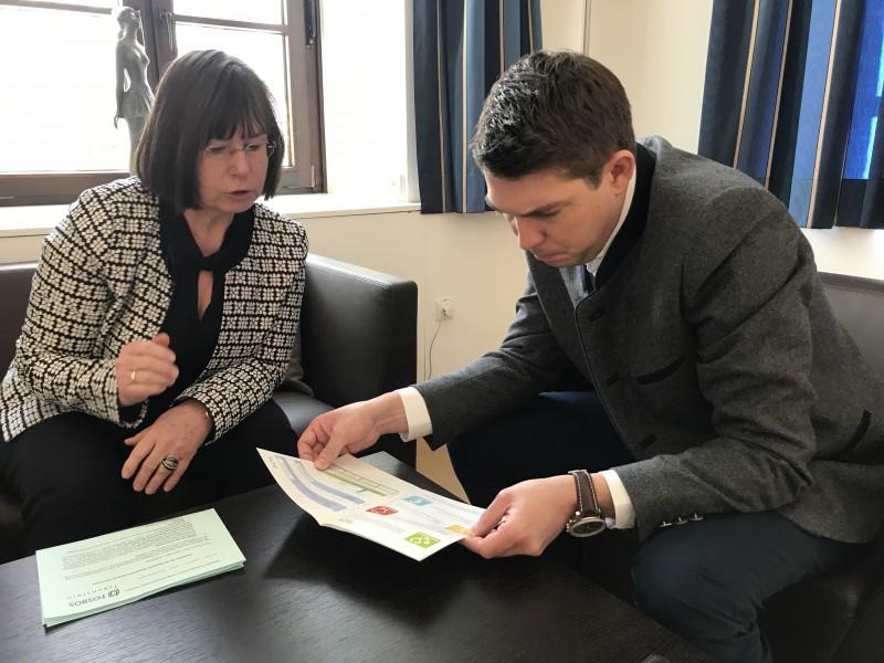 © Landratsamt Traunstein: FOS/BOS-Schulleiterin Barbara Spöttl erläuterte Landrat Siegfried Walch das Konzept der Fachrichtung Gesundheit.