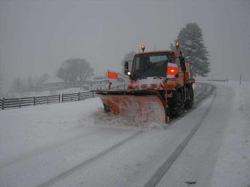 © Landratsamt Traunstein: Winterdienst-Räumfahrzeuge des Landkreises Traunstein im Einsatz.