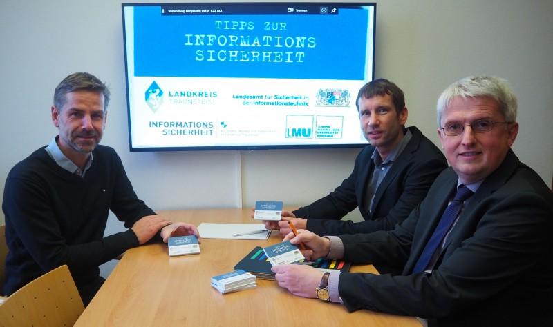 © Landratsamt Traunstein: Informationssicherheitsbeauftragter Claus Hofmann (Mitte) stellte Landratsamts-Geschäftsleiter Lothar Wagner (rechts) und Bürgermeister Andreas Scheck (links) die Haftnotizblöcke vor.