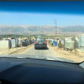 © Landratsamt Traunstein: Unterwegs in der westlichen Bekaa-Ebene. Fahrt durch die Gemeinden der El Buhaira Union in der Nähe von Quaraoun, viele inoffizielle Lager syrischer Flüchtlinge unter sehr provisorischen Bedingungen. Im Winter liegt in der Bekaa-Ebene auch Schnee.