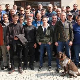© Landratsamt Traunstein: Die Teilnehmer der 8. Traunsteiner Baumtage mit Kreisfachberater Markus Breier (rechts) und Referent Edgar Wenisch (mit Hund Mäx).