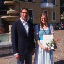 © Landratsamt Traunstein: Landrat Siegfried Walch mit Katharina Jäger aus Palling, die ihre Fachhochschulreife an der Beruflichen Oberschule in Altötting mit 1,3 geschafft hat.