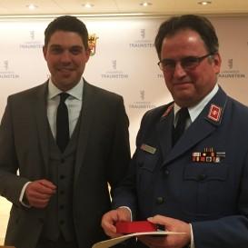 ©Landratsamt Traunstein: Landrat Siegfried Walch gratuliert Maximilian Rauecker (Traunstein) zu 40 Jahre Malteser Hilfsdienst.