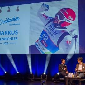 © Landratsamt Traunstein: Der 3-fache Weltmeister Markus Eisenbichler im Gespräch mit Moderator Dr. Harald von Knoerzer-Suckow