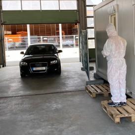 ©Landratsamt Traunstein:Ein Patient fährt mit der entsprechenden Codenummer das Testzentrum zu seinem vereinbarten Termin an.