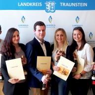 © Landratsamt Traunstein: Auf dem Bild von links nach rechts: Johann Sickinger (Personalrat), Marlis Steiner (Jugend- und Auszubildendenvertretung), Manuel Obermeier (2,6), Anna-Lisa Schroll (2,2), Mathias Heinrichs (1,2), Lena Pastötter (1,2), Helena Bachmann (2,4), Julia Märker (1,6) und Landrat Siegfried Walch.