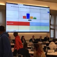 © Landratsamt Traunstein: Landrat Walch erklärt die Aufgabenverteilung der kommunalen Gebietskörperschaften. Die Mitglieder konnten anschließend bei der interaktiven Quiz-Challenge ihr Wissen testen.