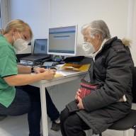 Als erste Freiwillige erhielt die 81-jährige Roswitha Mösl im Impfzentrum des Landkreises Traunstein am 17. Januar 2021 die Zweitimpfung verabreicht. Sie hofft weiterhin, dass sich viele Mitmenschen für die Impfung entscheiden - trotz der Lieferengpässe des Impfstoffherstellers BioNTech/Pfizer und den damit verbundenen Erschwernissen bei der Terminierung. Die erste Impfung vor drei Wochen habe sie gut vertragen und freut sich nun geschützt zu sein, so Mösl. Die Corona-Regeln werde sie weiterhin einhalten.