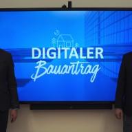 Landrat Siegfried Walch (links) und Bauamtsleiter Franz Klauser (rechts) sind stolz auf die Vorreiterrolle des Landratsamtes Traunstein beim digitalen Bauantrag. © Landratsamt