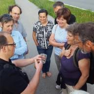 © Landratsamt Traunstein: Dirk Alfermann (links) zeigt junge Frösche aus der Nähe. Sie wurden anschließend natürlich sofort wieder frei gelassen.