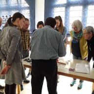Teilnehmerinnen und Teilnehmer des Museumsnetzwerks erarbeiten und besprechen im Landratsamt gemeinsam Lösungen bei einem ersten Fortbildungsseminar.