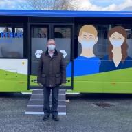 Altlandrat Jakob Strobl (Mitte), Landrat Siegfried Walch (links) und Bürgermeister Stefan Kattari (rechts) beim offiziellen Start des Impfbusses in Grassau. ©Landratsamt Traunstein