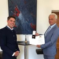 © Dr. Peter Ramsauer, MdB: Landrat Siegfried Walch übergibt Dr. Peter Ramsauer die Kommunale Verdienstmedaille in Bronze des Freistaats Bayern.