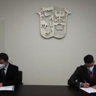 Landrat Siegfried Walch und Oberbürgermeister Dr. Christian Hümmer unterzeichneten eine gemeinsame Erklärung zur Entwicklung des Campus Chiemgau. ©Landratsamt Traunstein